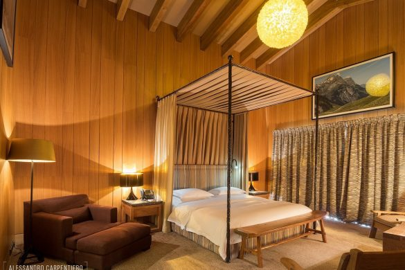 canopy bed wooden walls