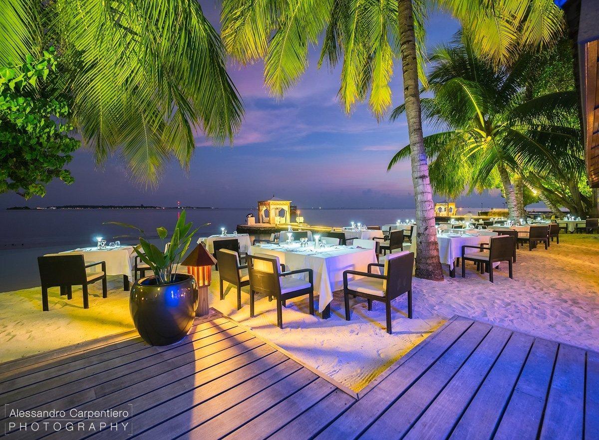 tavoli sulla spiaggia di lily maa