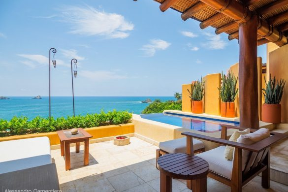 terrazza con poltrona, divano e piscina